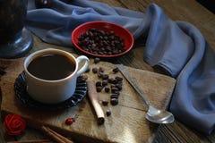 Copo de café e feijões de café na tabela de madeira Foto de Stock Royalty Free