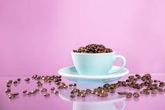 Copo de caf? e feij?es de caf? no fundo da cor imagem de stock