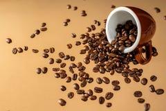 Copo de caf? e feij?es de caf? no fundo da cor foto de stock royalty free