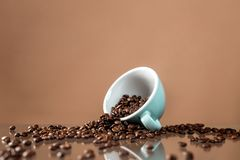 Copo de caf? e feij?es de caf? no fundo da cor imagens de stock