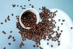 Copo de caf? e feij?es de caf? no fundo da cor foto de stock