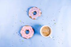 Copo de café e filhós dos biscoitos imagem de stock royalty free