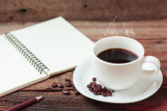 Copo de café e livro de nota Foto de Stock Royalty Free