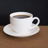 Copo de café e pó do café na madeira fotos de stock royalty free