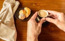 Copo de café e placa das cookies imagem de stock royalty free