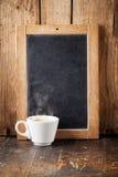 Copo de café e placa de giz imagens de stock royalty free