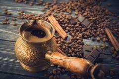 Copo de café e turco dourado fotos de stock royalty free