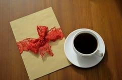 Copo de café e um cartão vazio em uma tabela Fotos de Stock
