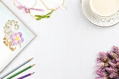 Copo de café elegante, livro de nota, etiquetas de papel e configuração do plano das flores Fundo feminino nas cores pastel Vista Imagem de Stock Royalty Free