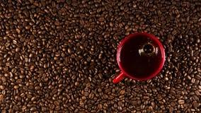 Copo de café em feijões de café no fim acima da foto imagens de stock