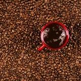 Copo de café em feijões de café no fim acima da foto imagem de stock
