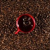Copo de café em feijões de café no fim acima da foto fotografia de stock