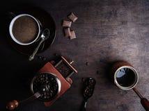 Copo de café em um fundo de madeira escuro fotografia de stock