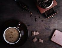 Copo de café em um fundo de madeira escuro foto de stock