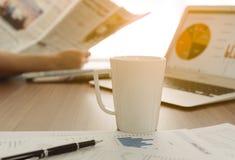 Copo de café em uma tabela imagem de stock
