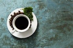 Copo de café em uma telha esmeralda foto de stock royalty free