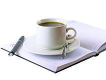 Copo de café, estando no organizador diário. Foto de Stock