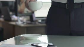 Copo de café fêmea do serviço do secretário a dirigir na manhã, começo do dia do trabalho ocupado video estoque