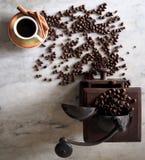 Copo de café, feijões de café e moedor na tabela de mármore Foto de Stock Royalty Free