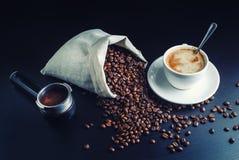 Copo de café, feijões, suporte Fotos de Stock