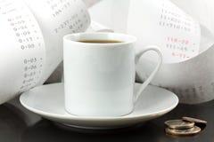 Copo de café, mudança e fita de adição Foto de Stock