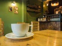 Copo de café na cafetaria Fotografia de Stock Royalty Free