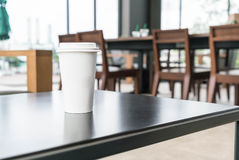 Copo de café na cafetaria imagens de stock royalty free
