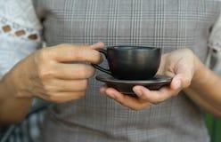 Copo de café na mão da mulher Imagem de Stock Royalty Free