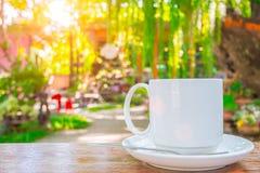 Copo de café na natureza exterior do verde de madeira da tabela imagens de stock
