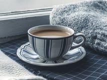 Copo de café na soleira Indicador Fotos de Stock