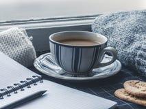 Copo de café na soleira Indicador Fotos de Stock Royalty Free