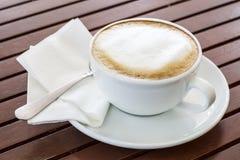 Copo de café na tabela Fotos de Stock Royalty Free
