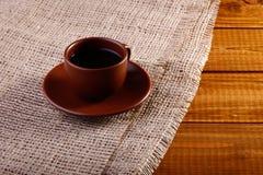 Copo de café na tabela fotografia de stock royalty free
