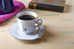Copo de café na tabela de madeira Fotografia de Stock