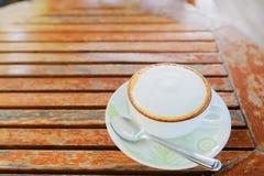 Copo de café na tabela de madeira Fotos de Stock