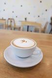 Copo de café na tabela de madeira imagem de stock
