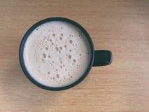 Copo de café na tabela de madeira Foto de Stock