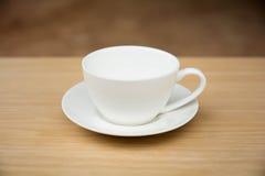 Copo de café na tabela de madeira Fundo preto imagem de stock royalty free