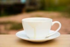 Copo de café na tabela de madeira Fundo preto imagens de stock