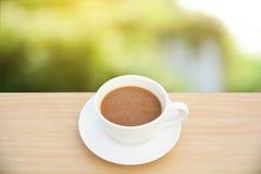 Copo de café na tabela de madeira Fundos da natureza da luz da vista superior fotos de stock royalty free