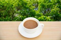 Copo de café na tabela de madeira Fundos da natureza da vista superior fotos de stock royalty free