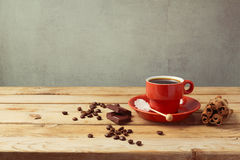 Copo de café na tabela de madeira sobre o fundo rústico Fotos de Stock
