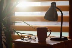 Copo de café na tabela, fundo da janela, casa acolhedor foto de stock