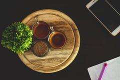 Copo de café na tabela, telepho fotos de stock