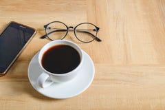 Copo de café na tabela de trabalho ilustração stock