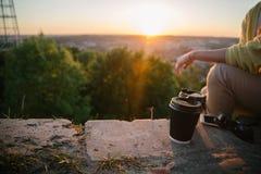 Copo de café na terra fotos de stock