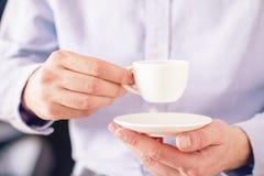 Copo de café nas mãos masculinas foto de stock royalty free