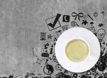 Copo de café no assoalho concreto com vário social Fotografia de Stock Royalty Free