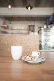 Copo de café no café Imagem de Stock Royalty Free