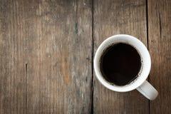 Copo de café no fundo de madeira marrom. Fotos de Stock Royalty Free